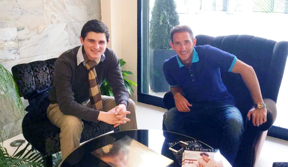 Verleger Julien Backhaus mit Makler Marcel Remus in seinem Büro in Palma