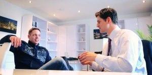 Torben Käselow in seinem Büro im Gespräch mit Julien Backhaus