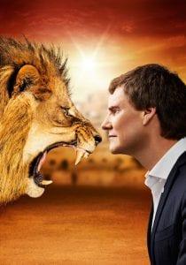 Carsten Maschmeyer lächelt den anderen Löwen nur ins Gesicht.