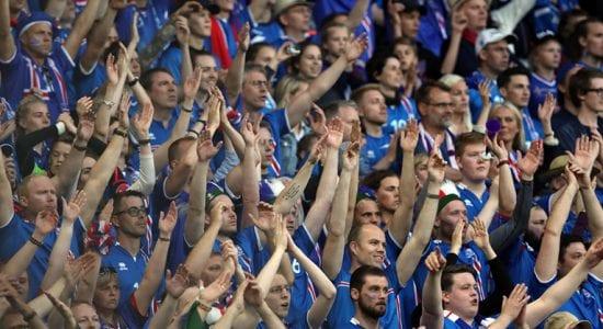 Die isländischen Fußballfans während ihres berühmten Wikinger-Jubels