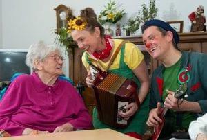 Humor hilft heilen, alte Dame sitzt auf einem Stuhl, Rednose Stiftung, Bild: Christian Weische