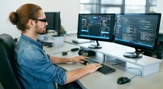 Mann Arbeitet im Büro am PC